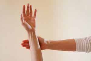 Muskeltest bei einer Kinesiologin